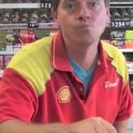 Pracownik sklepu zjada złotą rybkę