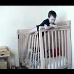 Dzieciak ucieka z łóżeczka - HIT!