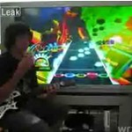 """Układa kostkę Rubika i gra w """"Guitar Hero"""" jednocześnie!"""