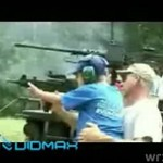Debilni rodzice oswajają dzieci z bronią