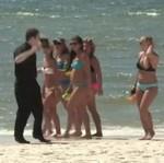 Zboczony ksiądz atakuje na plaży!