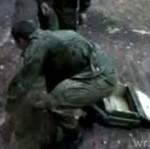 Za papierosa - polski żołnierz daje się poniżać