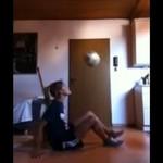 Śliczna freestylerka pokazuje triki