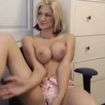 Striptiz blondynki - trochę się wstydziła...
