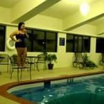 Skok do basenu - AUĆ!