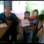 Egipski nauczyciel karze dzieci za złe stopnie