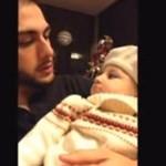 Ojciec uczy córeczkę beatboxu