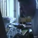 Wściekły dzieciak przed komputerem