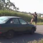 10 idiotów przeskakuje samochody