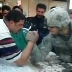 Armwrestling- amerykański żołnierz vs miejscowy