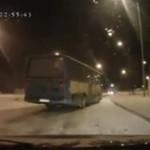 Autobus driftuje na śniegu
