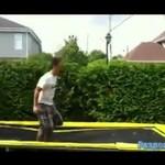 Miłośnik robienia salt na trampolinie