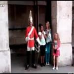 Gwardzista wystraszył dzieciaki!