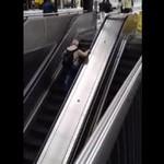 Nie biegaj po ruchomych schodach, bo...
