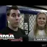 Laska z MMA dusi reportera!