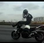 Motocyklista, który ryzyka się nie boi