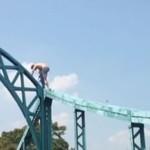 Wariat skacze do domu z mostu Tumskiego