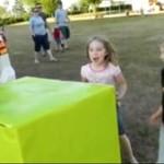 Dzieci rozpakowują prezent - wzruszające!