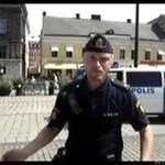Szwedzki gliniarz TAŃCZY na ulicy!