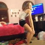 Nastolatka próbuje twerkingu