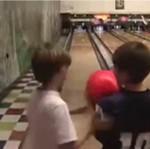 Małoletni aktorzy podczas bowlingu