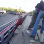 Szalony rajd na dachu pociągu