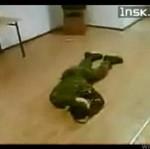 """Żołnierz reaguje na komendę """"padnij"""""""