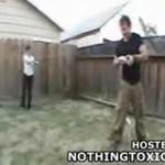 Żona i mąż bawią się paralizatorem