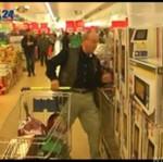 Mężczyzna wygrał 5 minut darmowych zakupów!