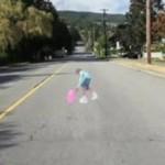 Uwaga, DZIEWCZYNKA na drodze!