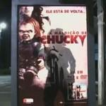 Laleczka Chucky na przystanku