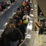 Blondynka uparła się, że przejdzie po ruchomych schodach