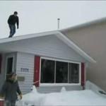 Skok z dachu w zaspę śnieżną