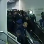 Policja PRZYSPIESZYŁA ruchome schody!