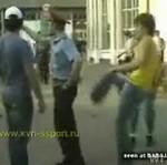Rosyjska młodzież drwi z policjanta!
