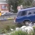 ROSJA - auto zaparkowało na pomniku