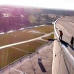 Skoki z dachu stadionu we Wrocławiu