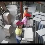Praca w fabryce płytek