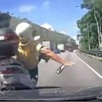 Motocyklista wprosił się przed auto