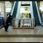 Staruszka na ruchomych schodach