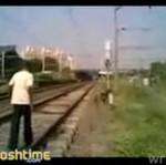 """Ryzykant """"bawi się"""" z pociągiem!"""