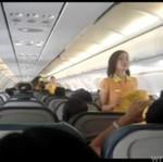 Stewardessy uczą pasażerów w rytm piosenki Lady Gagi!