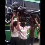 Indyjski Superman nosi motocykl nad głową