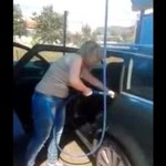 Tak kobietka myje auto - HA, HA, HA!