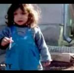 Dziewczynka uczy się palić