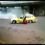 WYPADŁ z auta podczas palenia gumy!