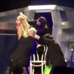 Lady Gaga ROZBIERA SIĘ na scenie!
