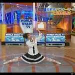 Azjatka wykonuje taniec robota