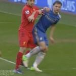 SZOK! Luis Suarez gryzie obrońcę Chelsea!