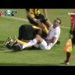 Piłkarski brutal - złapał piłkarza za torbę!